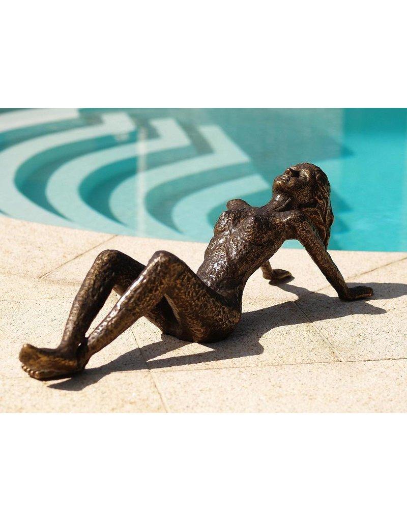 Große Bronze liegende Frau