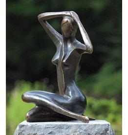 Kleine Frau sitzt Bronze