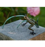 Bild Bronze Frosch und Marienkäfer auf einem Ast