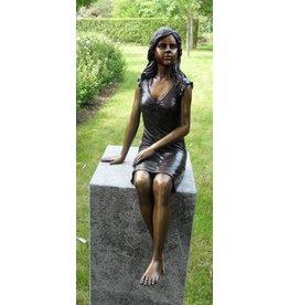 Bronzen beeld zittend meisje