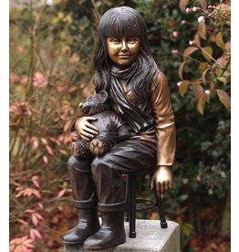 Mädchen mit Teddybären auf Hocker Bronze