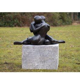 Tuinbeeld brons modern verstrengeld liefdesstel