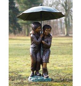 Beeld brons kinderen onder paraplu groot