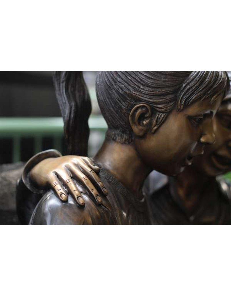 2 Kinder auf der Bank aus Bronze