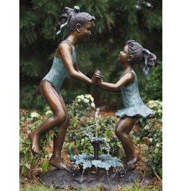 Bronzen beeld springende meisjes