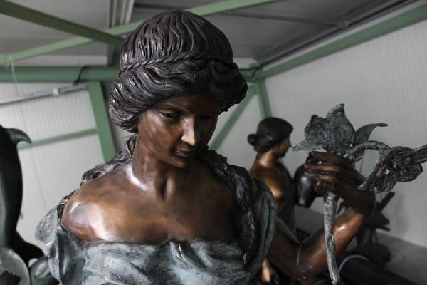 Spritzenfiguren-Bronzeblumenfrau