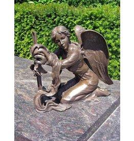 Grab Skulptur Engel mit Kreuz Bronze