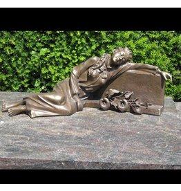 Grafbeeld dame liggend bij grafsteen brons