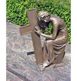 Grafbeeld dame naast kruis brons