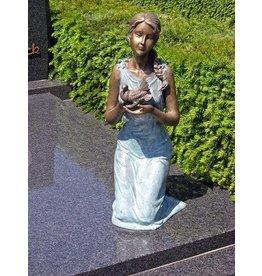 Grafbeeld meisje met duif brons in 2 kleuren