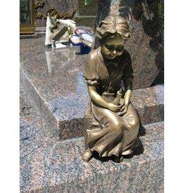 Grafdecoratie meisje met kaars brons