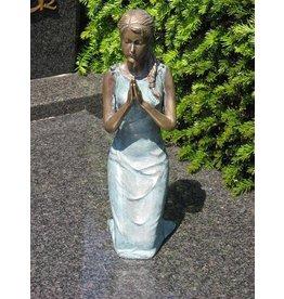Grafbeeld meisje op knieen brons in 2 kleuren