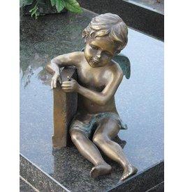 Grafbeeld kleine engel zittend brons