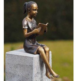 Beeld brons Klein lezend meisje