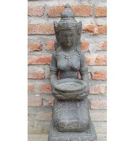 Dewi Tara knielend
