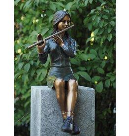 Bronze-Skulptur sitzt Mädchen mit Flöte
