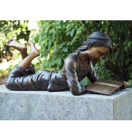 Bronze-Skulptur Lesen Mädchen liegen