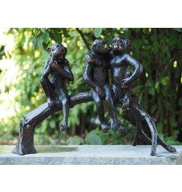 Bronzen beeld van drie aapjes op een boomstam