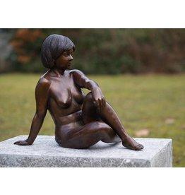 Bronzen zittende naakte vrouw