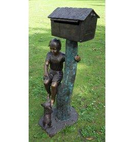 Bronzen jongen aan brievenbus