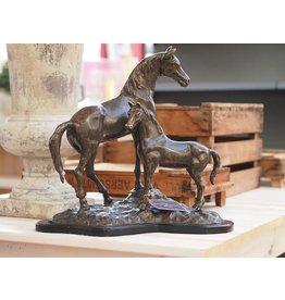 Beeld brons paard en veulen op houten voet