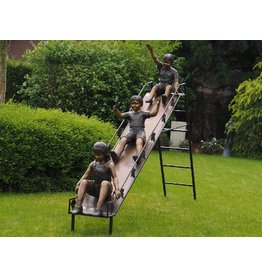 Kinder auf Schlitten in Bronze