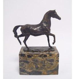 Bronzen paard op sokkel