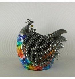 Huhn sitzt Metall