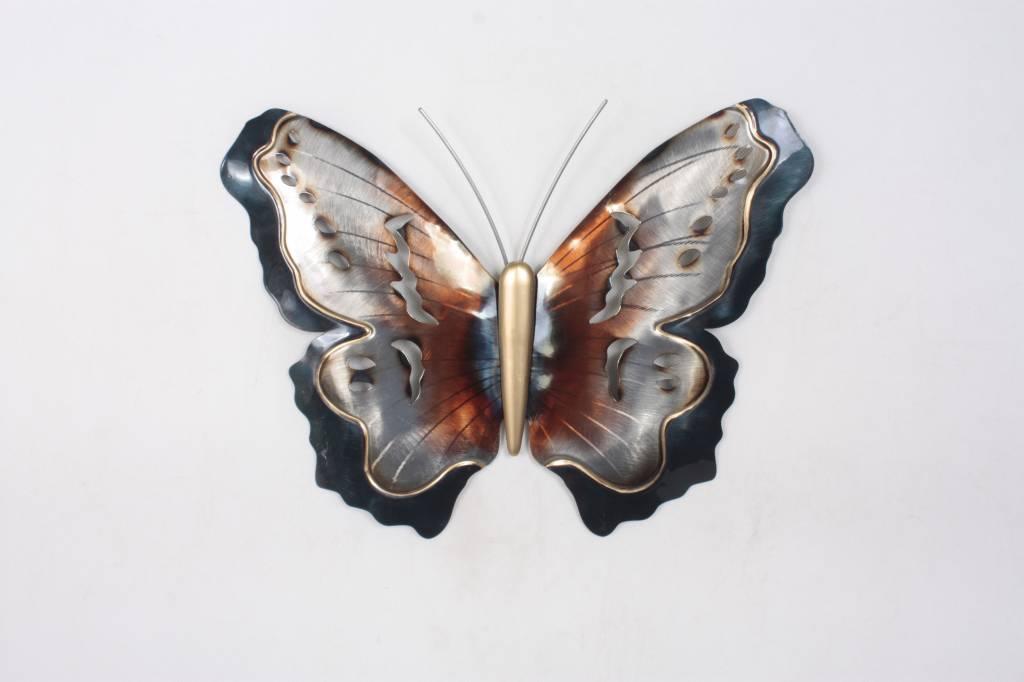 Eliassen Schmetterling vor einer Metallwand