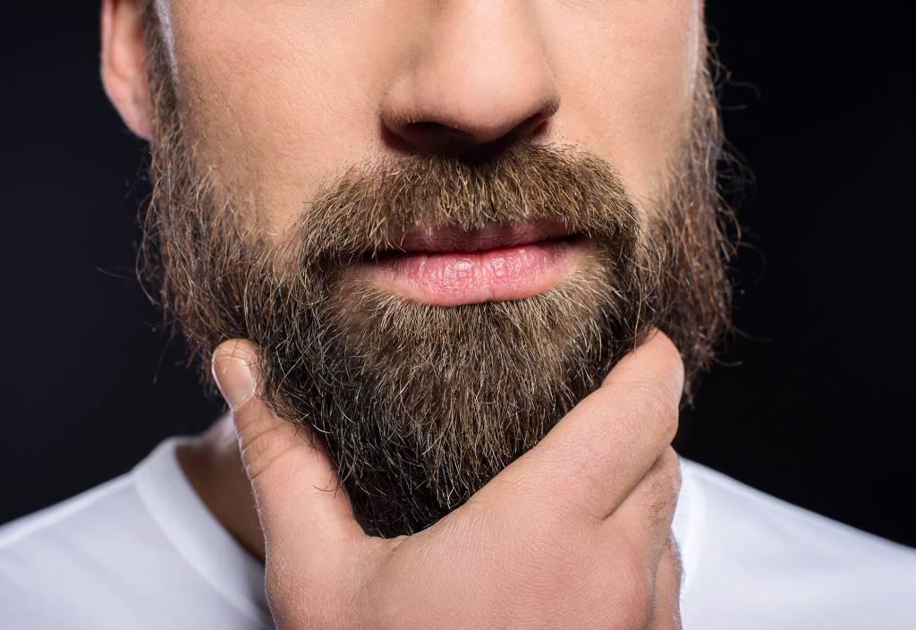 Hoe kan ik krullen uit mijn baard verwijderen?