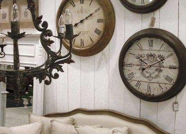 Spiegels, klokken, schilderijen, fotolijstjes