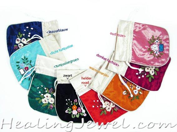 satijnen zakje voor stenen of sieraden met geborduurde bloemen