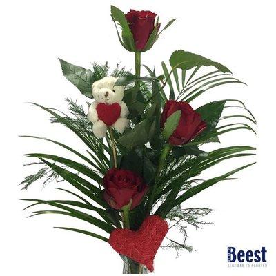 Vaasje met rozen en knuffelbeertje