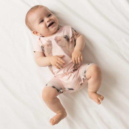 SNURK Baby Jumpsuit Piggies met een print van schattige microvarkentjes