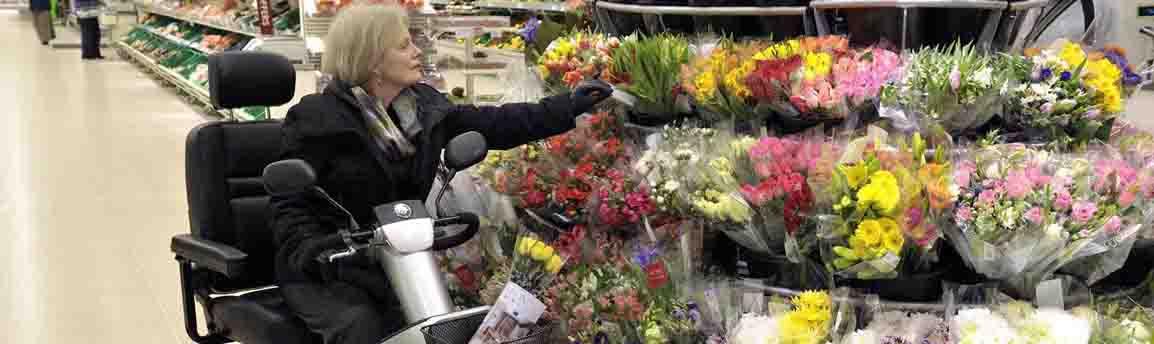 Scootmobiel Afikim in een supermarkt