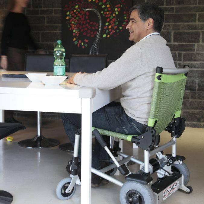 Zinger rolstoel aan tafel