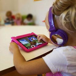 iPad 2 Kinderhoes filmpje met koptelefoon