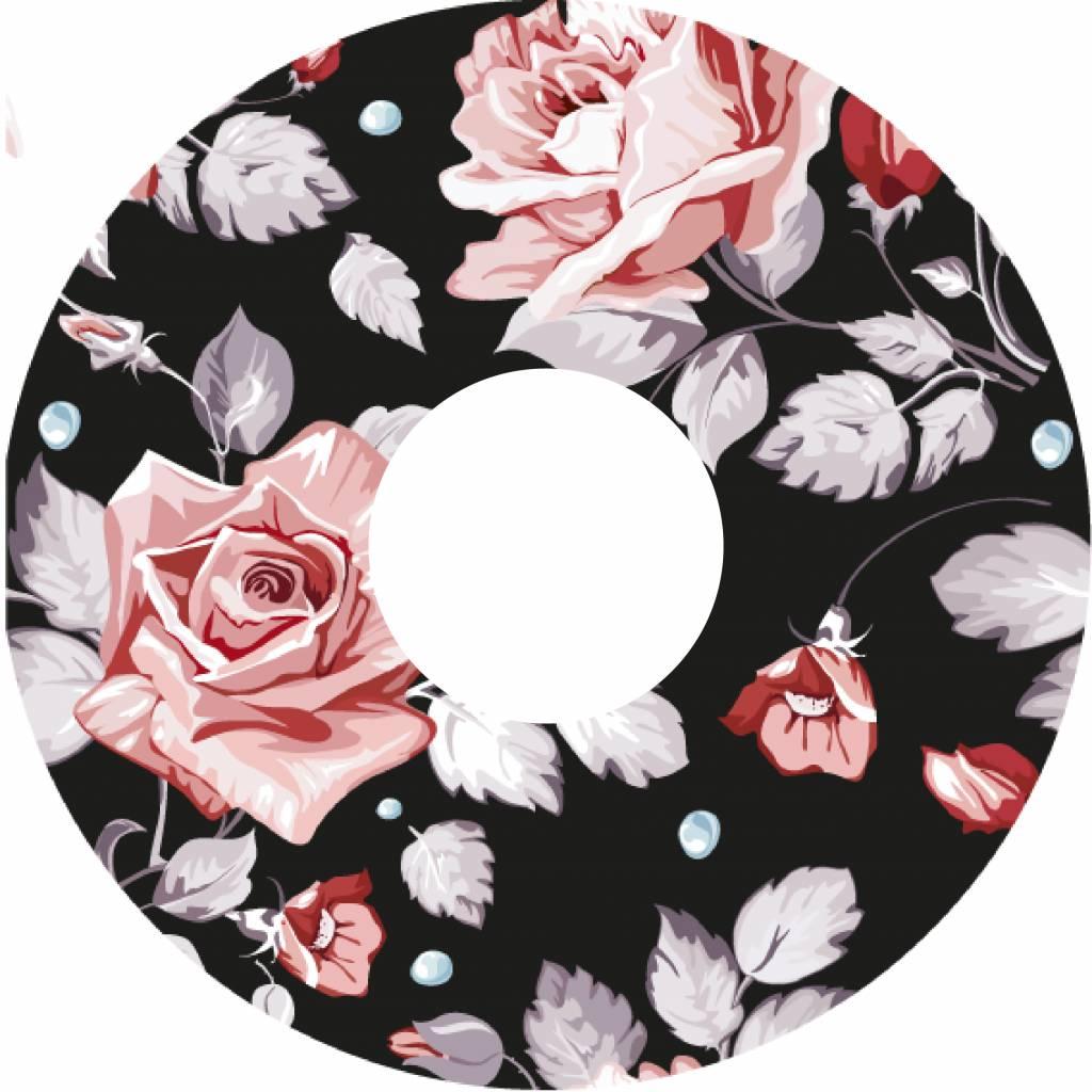 Speichenschutz mit Rosen auf schwarzem Hintergrund
