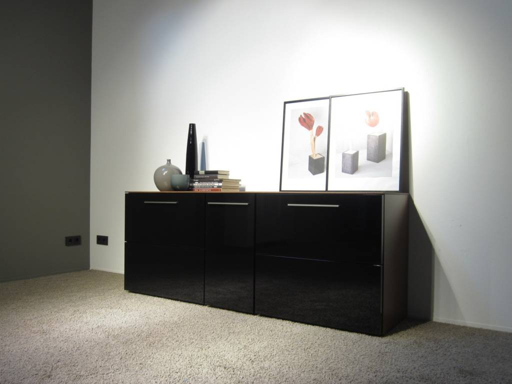 nussbaum schwarz latest amazing great sideboard nussbaum schwarz hochglanz mit vier tren. Black Bedroom Furniture Sets. Home Design Ideas