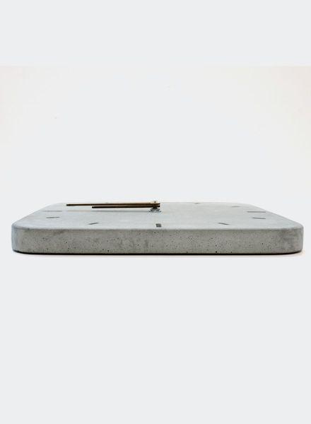"""WertWerke Betonuhr """"Klassik M"""" in grau von Wertwerke aus hochwertigem Beton mit Holzzeiger. 30x30cm. Für ein stylisches Wohngefühl."""
