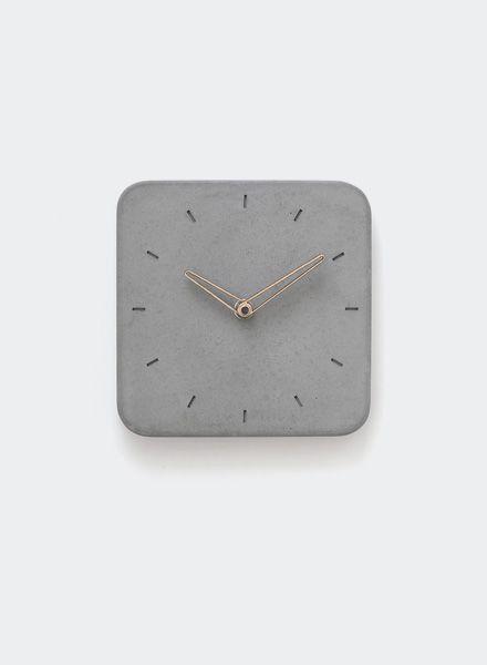 """WertWerke Wertwerke Betonuhr """"Klassik S"""" aus grauem Beton mit Holzzeiger. 20x20cm. Machen Sie aus Ihren Räumlichkeiten etwas besonderes."""