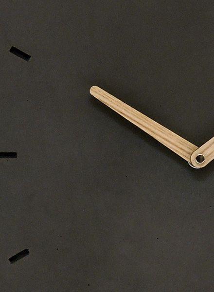 """WertWerke Betonuhr """"Klassik M"""" in anthrazit von Wertwerke aus hochwertigem Beton mit Holzzeiger. 30x30cm. Für ein urbanes Wohngefühl."""