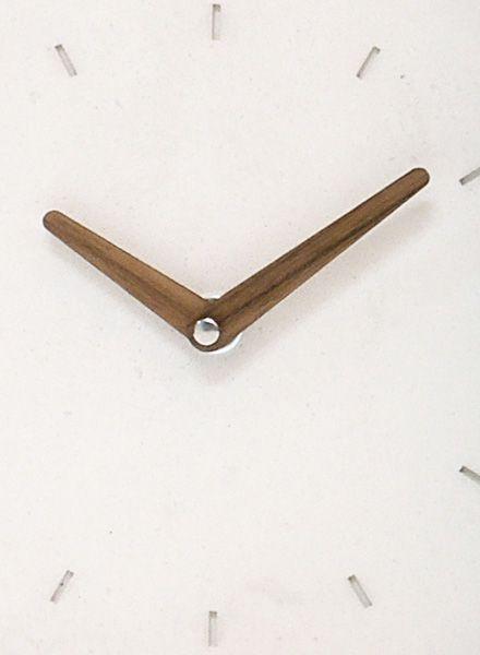 """WertWerke Wertwerke Betonuhr """"Klassik S"""" aus weissem Beton mit Holzzeiger. 20x20cm. Machen Sie aus Ihren zu Hause etwas besonderes."""