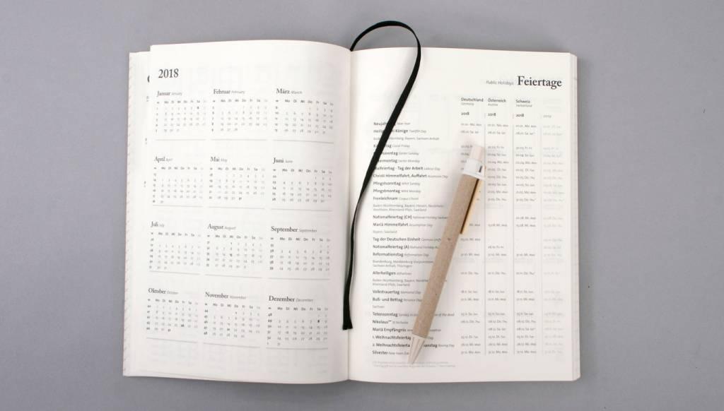"Tyyp Kalender ""Berlin Book"" L - B/Carbon - Das Jahr 2018 im DinA5 Format"