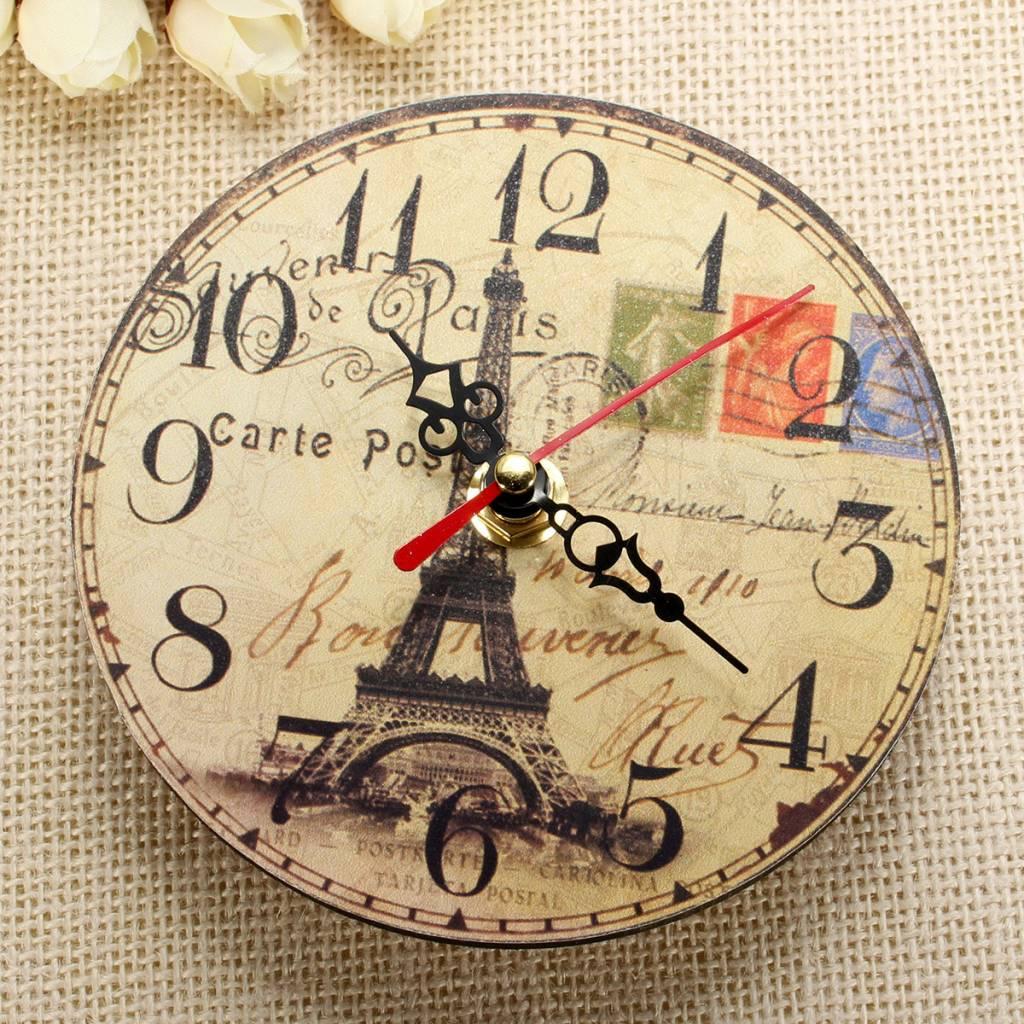 In dit artikel zit een vintage klok gemaakt van hout. op de klok staat de eiffeltoren afgebeeld.