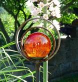 Strahlende Glaskugel auf einem Dekostab mit Doppelring