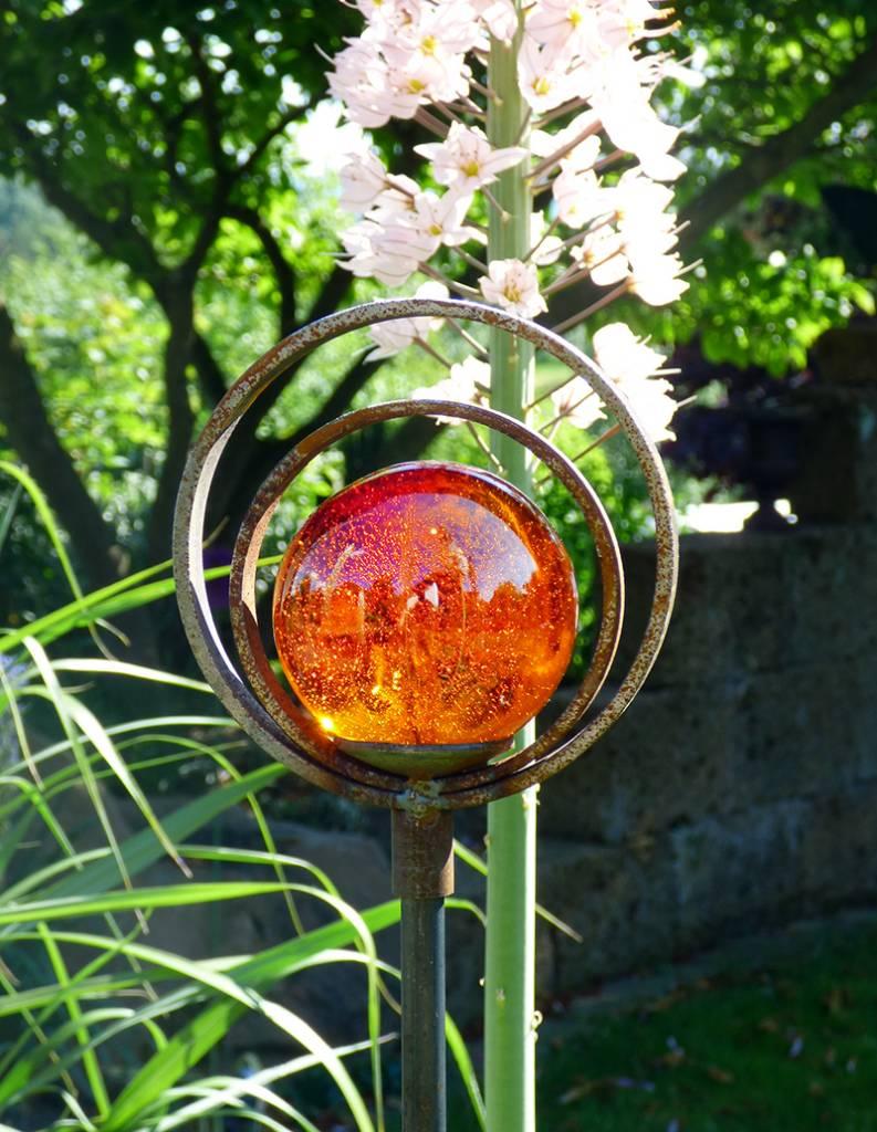 Strahlende glaskugel auf einem dekostab mit doppelring for Dekostab garten