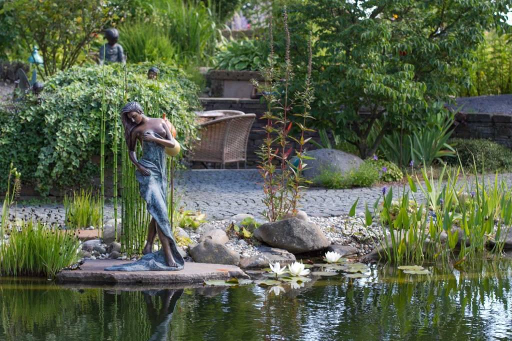 sich abtrocknende Frau in Bronze
