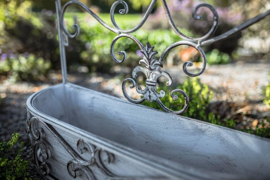 Wandkorb aus antik grauem Metall mit wunderschöner Verzierung