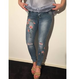 by Natascha Ripped jeans flowers